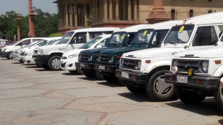 बिना लाल बत्ती की गाड़ियों से दफ्तर पहुंचे मंत्री, अफसर :