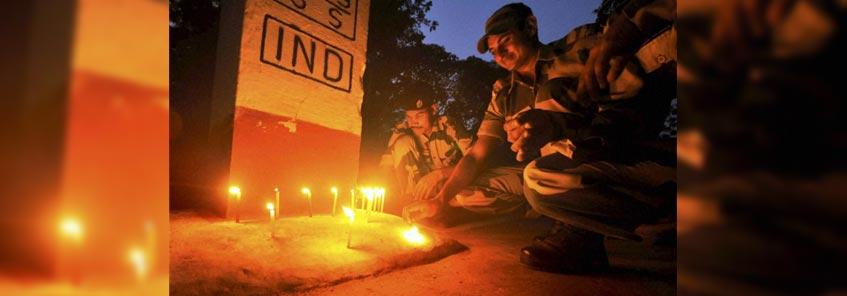 भारत-पाकिस्तान सीमा पर BSF के जवानों ने दीप जलाकर मनाई दिवाली:-