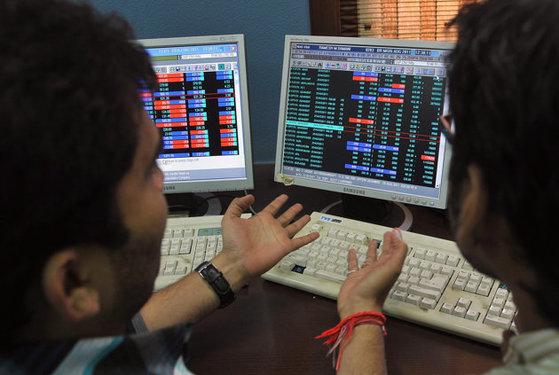 सेंसेक्स फ्लैट नोट पर खुला, महिंद्रा एंड महिंद्रा के शेयरों में तेजी दर्ज की गई :